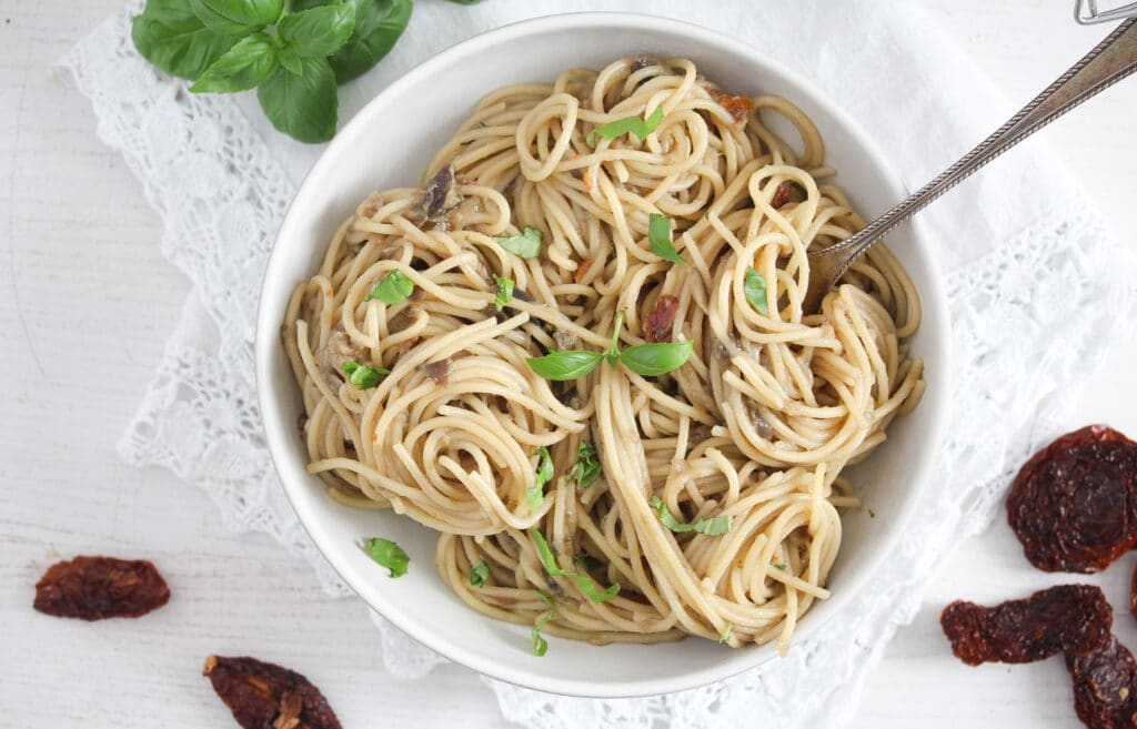 spaghetti with eggplants and basil on top