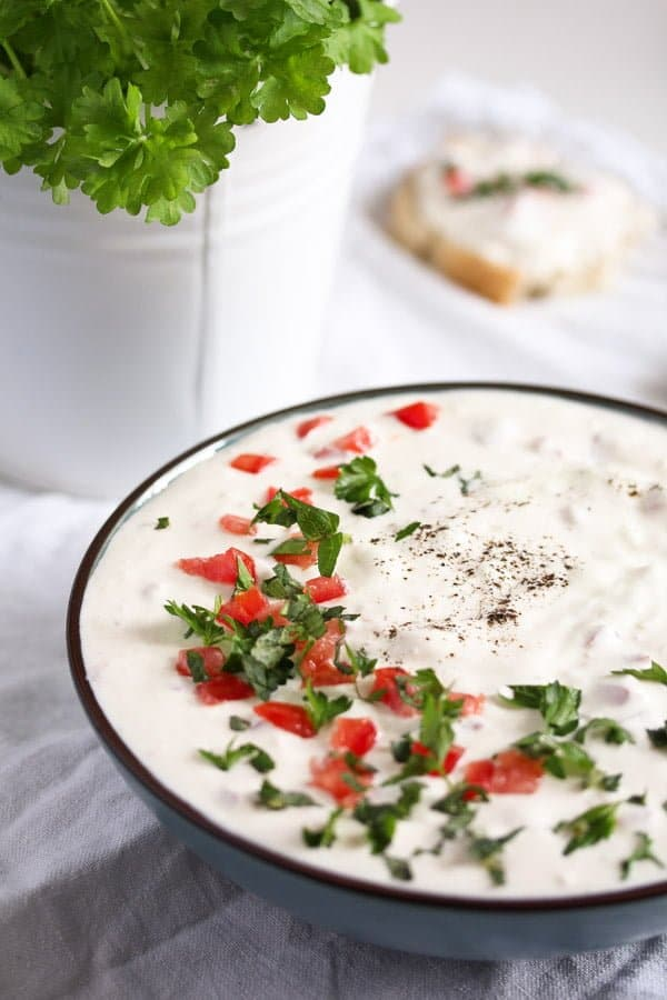garlic sauce 4 Garlic Sauce with Sour Cream and Tomatoes   Romanian Recipe