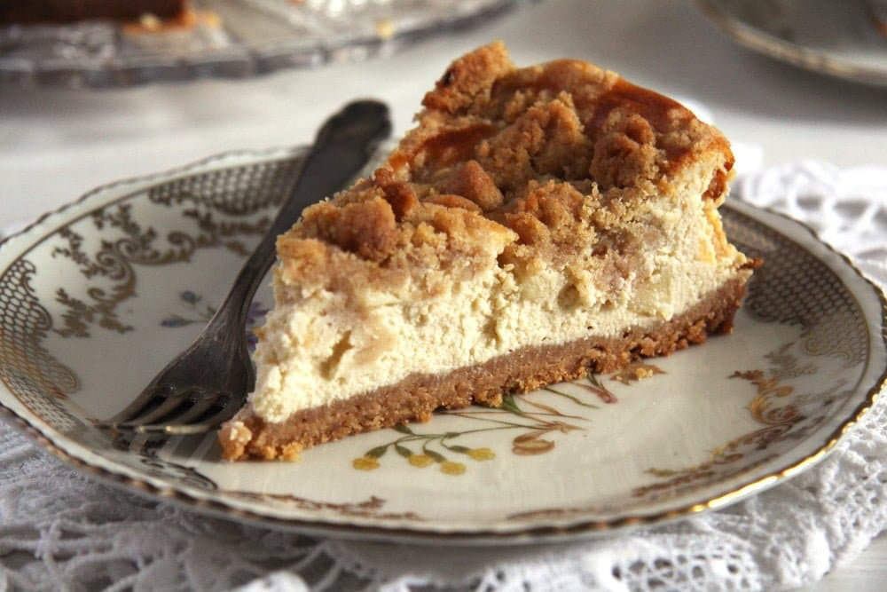 apple cheesecake with streusel