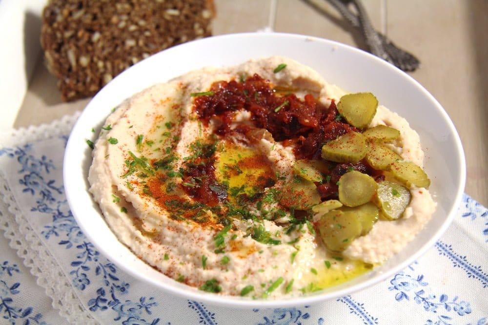 bean dip Romanian White Bean Dip with Caramelized Onions – Fasole batuta