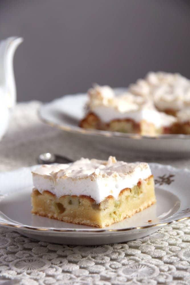 rhubarb meringue cake Rhubarb Meringue Cake – Romanian Desserts