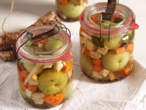 green tomatoes 300x226 Green (Unripe) Tomato Pickles – Romanian Recipe