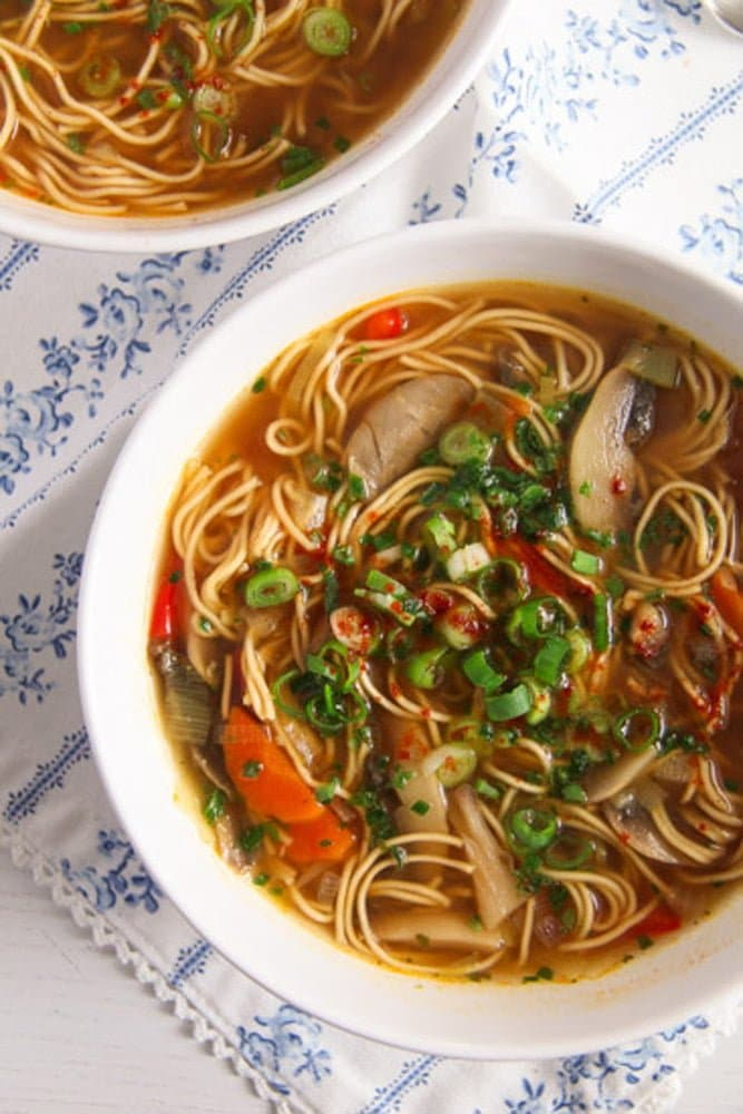 Quick and Spicy Mushroom Egg Noodle Soup