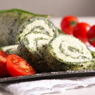 spinach roll sliced with tomatoes