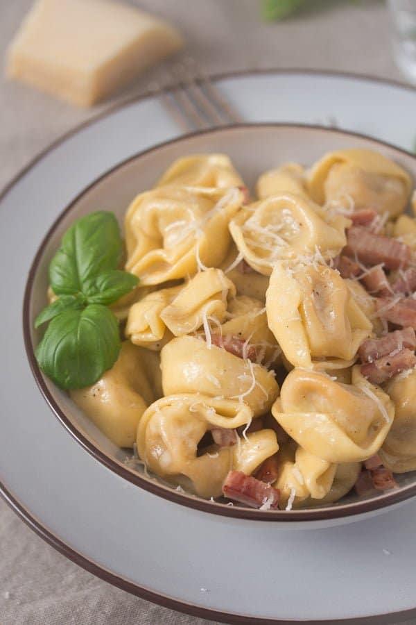 Italian tortellini alla panna e prosciutto