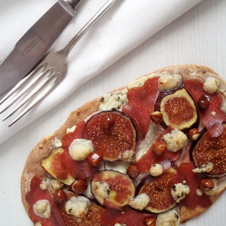 flatbread pizza with figs and goat cheese