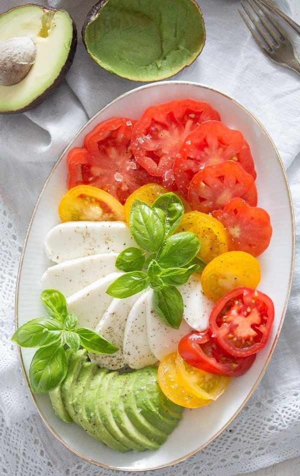 tomato avocado mozzarella salad 10 Tomato Avocado Mozzarella Salad with Basil   Insalata tricolore