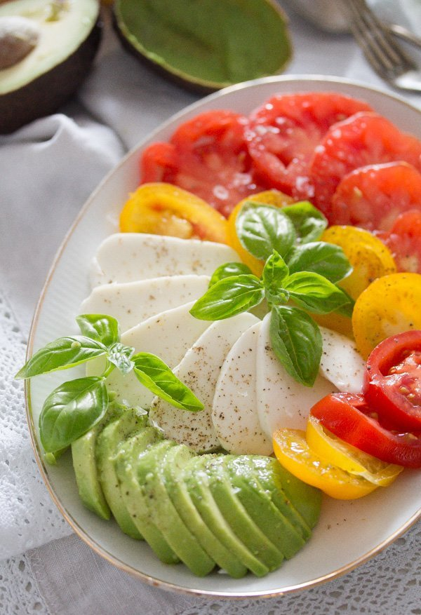 tomato avocado mozzarella salad 8 Tomato Avocado Mozzarella Salad with Basil   Insalata tricolore