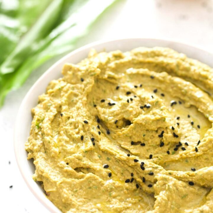 hummus with wild garlic, chickpeas and spices.